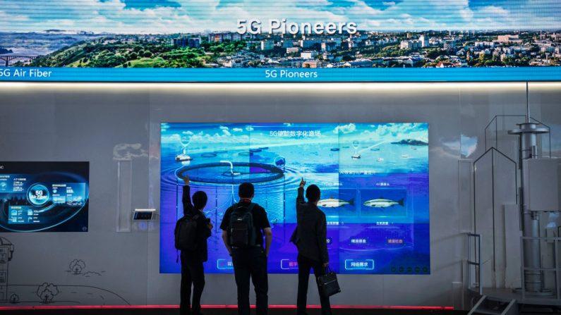 Unos clientes miran una pantalla que muestra la tecnología Huawei 5G en el campus de la compañía en Shenzhen, China, el 26 de abril de 2019.  (Kevin Frayer/Getty Images)