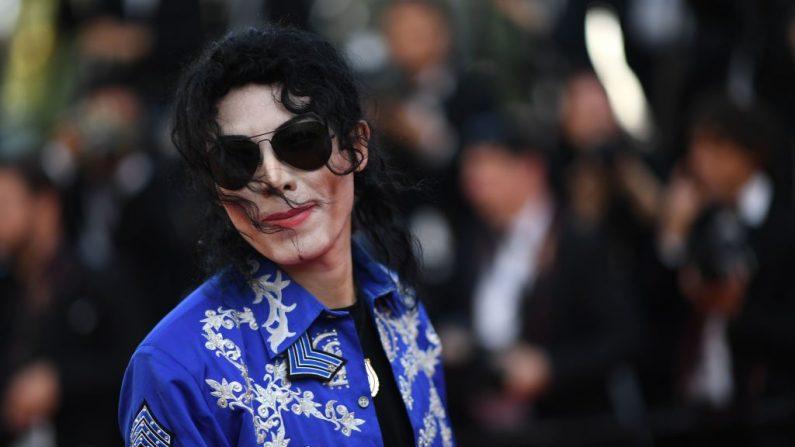 """Un imitador de Michael Jackson llega para la proyección de la película """"The Specials (Hors Normes)"""" en la 72ª edición del Festival de Cannes en Cannes, en el sur de Francia, el 25 de mayo de 2019. (LOIC VENANCE/AFP/Getty Images)"""