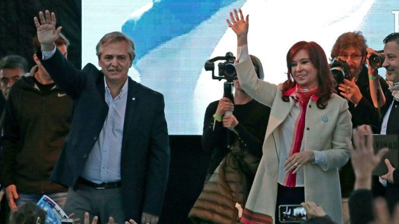 La ex presidenta y actual senadora Cristina Fernández de Kirchner (der) y su exjefe de gabinete Alberto Fernández en Merlo, provincia de Buenos Aires, el 25 de mayo de 2019. (ALEJANDRO PAGNI/AFP/Getty Images)