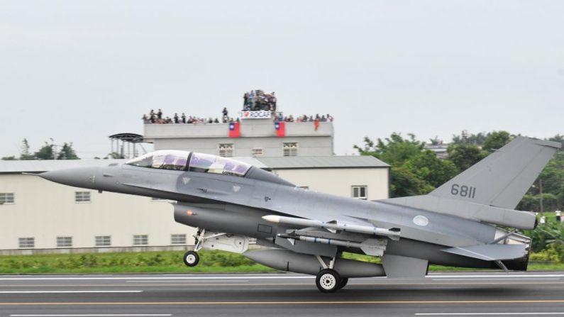 Un avión de combate F-16V de fabricación estadounidense aterriza en Changhua, en el centro de Taiwán,  durante el 35º simulacro de Han Kuang el 28 de mayo de 2019. (SAM YEH/AFP/Getty Images)