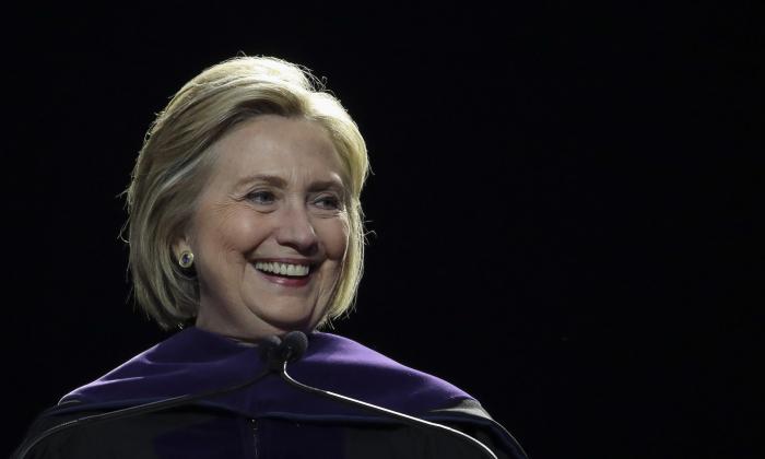 La exsecretaria de Estado Hillary Clinton pronuncia el discurso de apertura en la ceremonia de inauguración del Hunter College en el Madison Square Garden, el 29 de mayo de 2019 en la ciudad de Nueva York. (Drew Angererer/Getty Images)