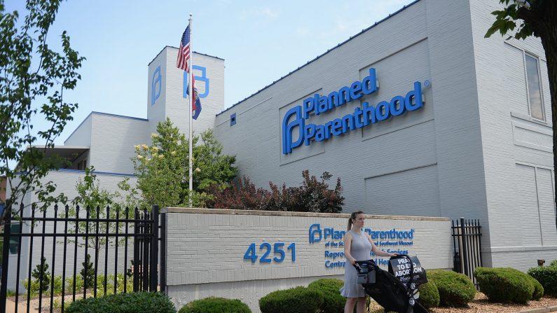 Una mujer se para con su hijo en coche durante un mitin pro vida fuera de Planned Parenthood el 4 de junio de 2019 en St Louis, Missouri. (Michael B. Thomas/Getty Images)
