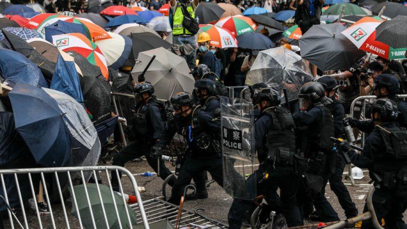 La policía se enfrenta a los manifestantes durante una manifestación contra una controvertida propuesta de ley de extradición frente a la sede del gobierno en Hong Kong el 12 de junio de 2019. - . (DALE DE LA REY/AFP/Getty Images)