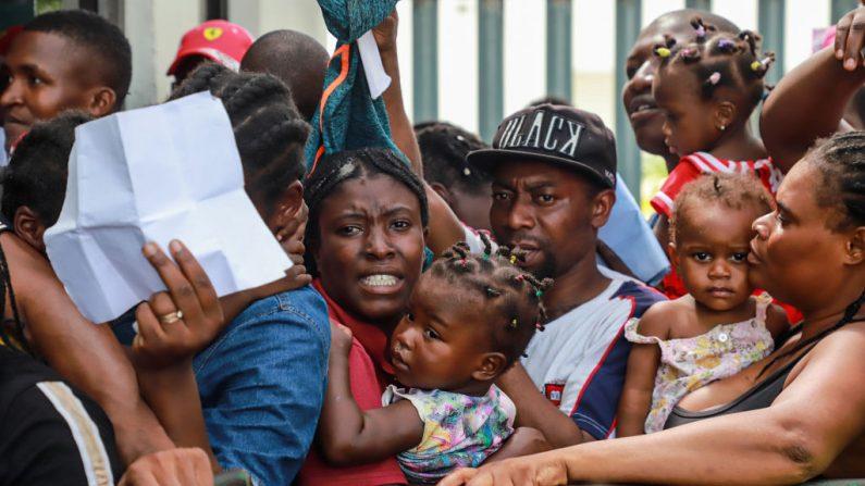 Migrantes de diferentes nacionalidades, entre ellos muchos africanos, hacen cola en el Instituto Nacional de Migración de México en Tapachula, Estado de Chiapas, México, cerca de la frontera con Guatemala, el 27 de junio de 2019. (QUETZALLI BLANCO/AFP/Getty Images)