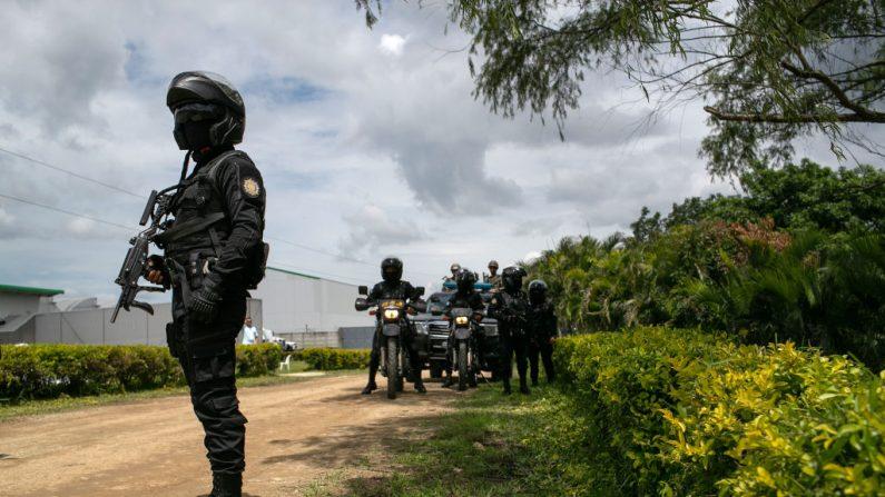 La policía guatemalteca asegura un lugar, el 29 de mayo de 2019 en Santa Rosa, Guatemala.  (John Moore/Getty Images)