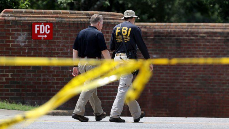 Agentes de la Oficina Federal de Investigaciones (FBI) el 2 de junio de 2019 en Virginia Beach, Virginia. (Chip Somodevilla/Getty Images)