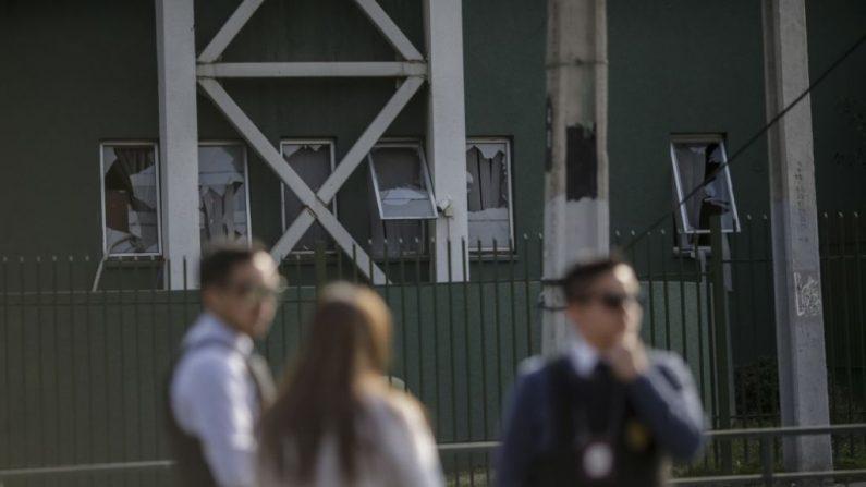 Policías chilenos esperan frente a una estación de policía en Santiago de Chile el 25 de julio de 2019 después de que un artefacto explotara dejando a cinco policías heridos. (PABLO ROJAS/AFP/Getty Images)