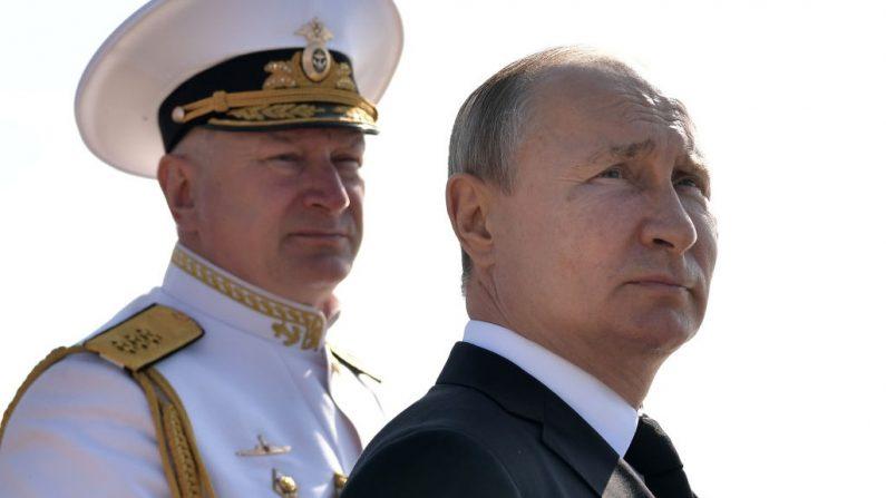 El presidente ruso Vladimir Putin (der.) y el comandante en jefe de la Armada rusa Nikolai Yevmenov llegan para asistir a un desfile de la flota rusa como parte de la celebración del Día de la Armada en San Petersburgo el 28 de julio de 2019. (Foto de ALEXEY NIKOLSKY/AFP/Getty Images)