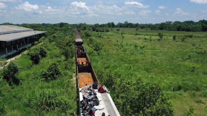 """Vista aérea de los migrantes en un tren conocido como """"La Bestia"""" en Palenque, estado de Chiapas, México, el 25 de julio de 2019. El cruce ilegal de hondureños, salvadoreños y guatemaltecos hacia México aumentó significativamente desde octubre, pero mermaron tras el acuerdo migratorio entre México y EE.UU. (ALFREDO ESTRELLA/AFP/Getty Images)"""
