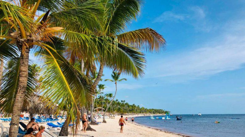 Los turistas disfrutan de la playa en Punta Cana, República Dominicana el 1 de agosto de 2019. (DANIEL SLIM / AFP / Getty Images)