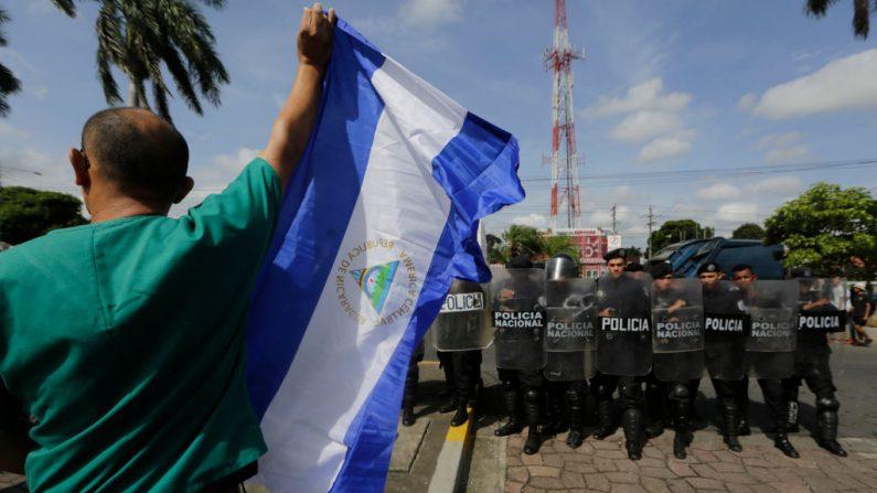 Miembros de la Unidad Médica Nicaragüense (UMN) y manifestantes antigubernamentales participan en una manifestación para exigir el reempleo de 405 trabajadores de la salud que perdieron sus empleos por ayudar a los manifestantes durante el mortífero levantamiento del año pasado contra Daniel Ortega, en Managua el 3 de agosto de 2019. (INTI OCON/AFP/Getty Images)