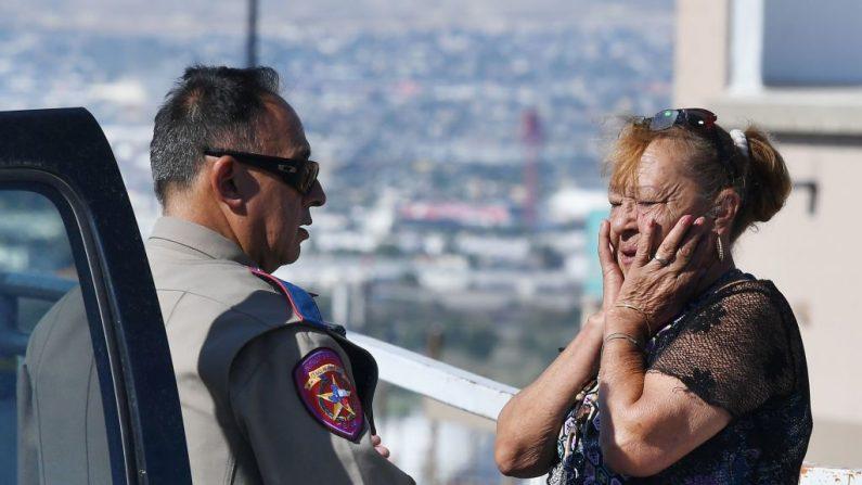 Virginia Chacon reacciona cuando le cuenta su historia de supervivencia a un oficial de policía afuera del Wal-Mart Cielo Vista, donde un tiroteo dejó 22 personas muertas en El Paso, Texas, el 4 de agosto de 2019. (MARK RALSTON/AFP/Getty Images)