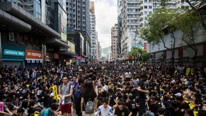 Los manifestantes se reúnen en Mong Kok durante una huelga general en Hong Kong el 5 de agosto de 2019, mientras se realizaban manifestaciones simultáneas en siete distritos prodemocráticas bloqueando o interrumpiendo los viajes en tren y los vuelos internacionales dejando en caos el centro financiero (ISAAC LAWRENCE / AFP / Getty Images)