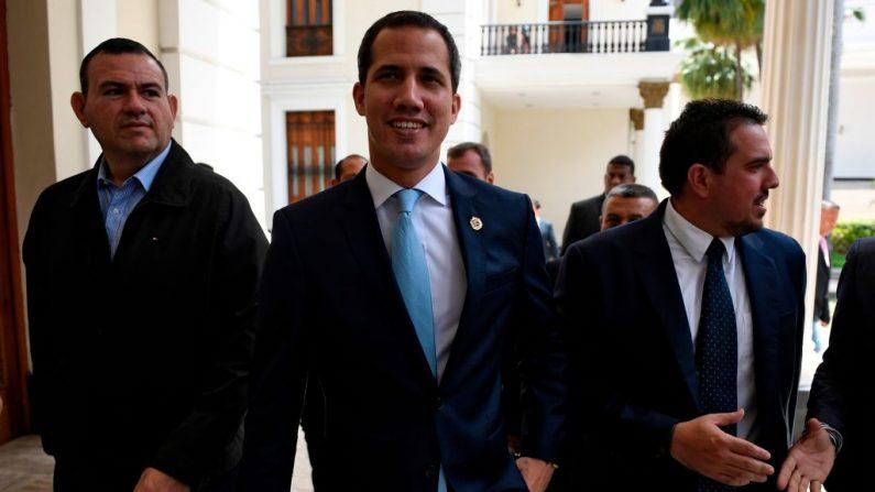 El presidente encargado de Venezuela Juan Guaido (c) y el vicepresidente Asamblea Nacional Stalin González (der) llegan a una sesión en la Asamblea Nacional en Caracas el 6 de agosto de 2019. (FEDERICO PARRA/AFP/Getty Images)