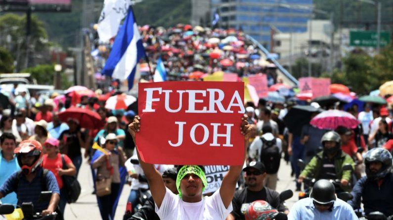 Cientos de personas participan en una protesta exigiendo la renuncia del presidente hondureño Juan Orlando Hernández por sus supuestos vínculos con el narcotráfico, en Tegucigalpa el 6 de agosto de 2019. (ORLANDO SIERRA/AFP/Getty Images)