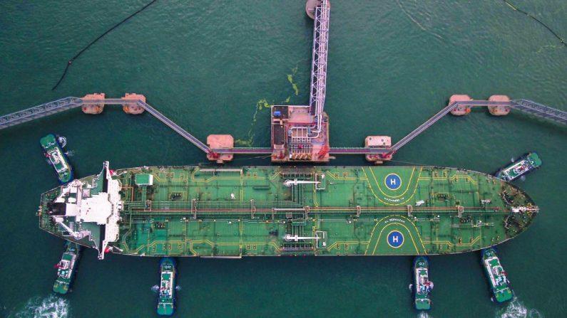 Foto aérea tomada el 4 de agosto de 2019 muestra remolcadores atracando un petrolero en el puerto de Qingdao, provincia oriental de Shandong, China. (STR/AFP/Getty Images)