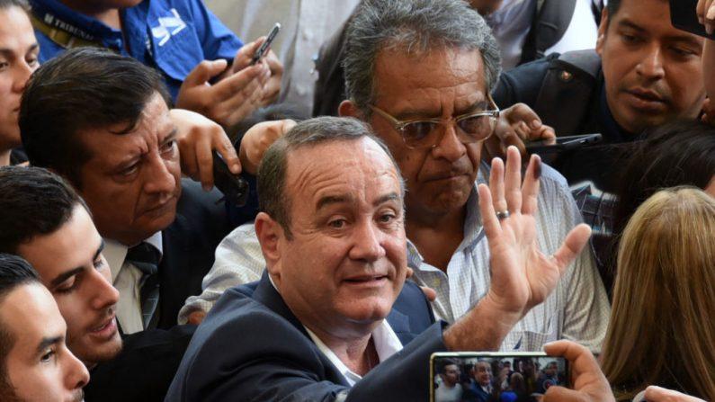 El candidato guatemalteco al partido Vamos Alejandro Giammattei muestra su dedo entintado después de votar en una mesa electoral en la ciudad de Guatemala el 11 de agosto de 2019. (ORLANDO ESTRADA/AFP/Getty Images)