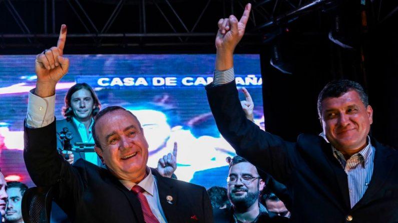 El candidato presidencial guatemalteco para el partido Vamos, Alejandro Giammattei (L), y su compañero Guillermo Castillo celebran en la sede del partido en Ciudad de Guatemala el 11 de agosto de 2019 después de la segunda vuelta de las elecciones presidenciales. (JOHAN ORDONEZ / AFP / Getty Images)