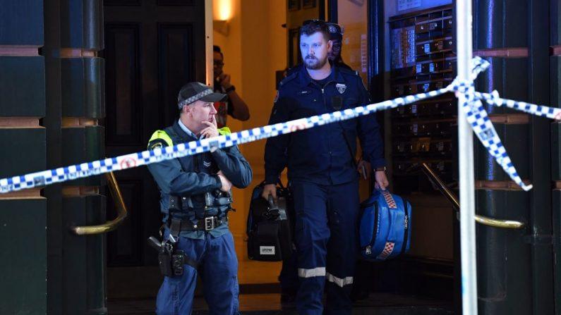 La policía investiga dentro de un edificio cerca de la escena de un allanamiento de cuchillo en Sydney el 13 de agosto de 2019. La policía australiana dijo que había descubierto un cuerpo cerca de la escena de un alboroto de cuchillo en el centro de Sydney (SAEED KHAN / AFP / Getty Images)