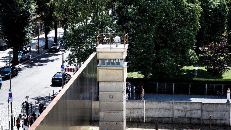 El 13 de agosto de 2019 se erige una torre de vigilancia en la antigua frontera, en un monumento al Muro de Berlín en la calle Bernauer Strasse, en Berlín, Alemania. Este año, en noviembre, se cumple el 30º aniversario de la caída del Muro de Berlín. El Muro de Berlín, construido por las autoridades comunistas de Alemania Oriental, se mantuvo en pie de 1961 a 1989 e impidió que la gente huyera a Berlín Occidental. (Carsten Koall/Getty Images)