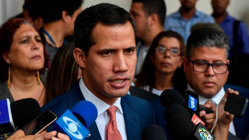 El presidente encargado de Venezuela, Juan Guaido, habla con periodistas tras participar en una sesión en la Asamblea Nacional en Caracas el 13 de agosto de 2019. (FEDERICO PARRA/AFP/Getty Images)