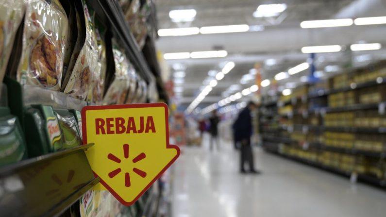 En un supermercado de Buenos Aires, el 15 de agosto de 2019, se exhibe un cartel de venta con descuento junto a los productos. (JUAN MABROMATA/AFP/Getty Images)