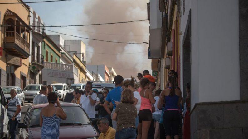 Los residentes observan humo saliendo de un incendio forestal cerca de Montana Alta en la isla de Gran Canaria el 18 de agosto de 2019. Las autoridades de la isla española de Gran Canaria evacuaron a los residentes cuando se produjo un incendio forestal pocos días después de que otro incendio ardiera en la misma área . (ESIREE MARTIN / AFP / Getty Images)