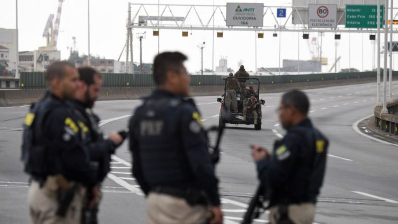 Oficiales de policía hacen guardia cerca del área donde un hombre armado que sostenía un autobús con 31 rehenes fue asesinado a tiros por la policía en Río de Janeiro, Brasil, el 20 de agosto de 2019. (MAURO PIMENTEL/AFP/Getty Images)