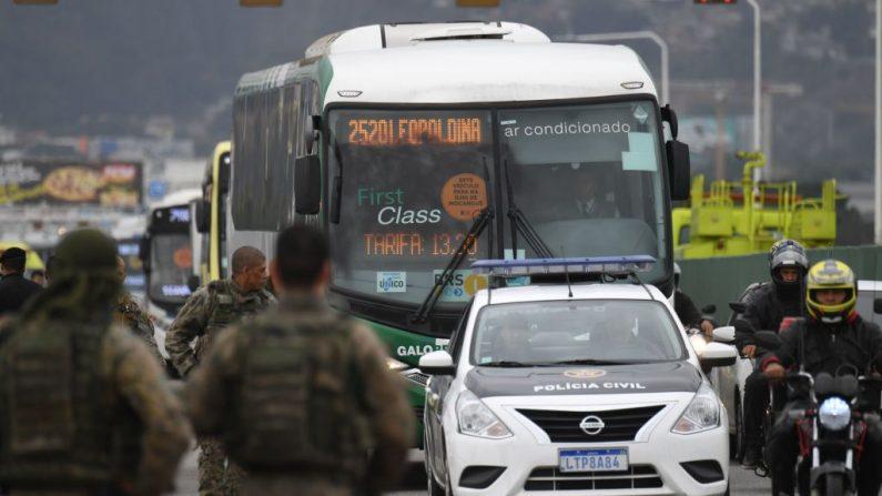 El autobús en el que un pistolero mantenía a 31 rehenes antes de ser asesinado a tiros por la policía, en Río de Janeiro, Brasil, el 20 de agosto de 2019. (MAURO PIMENTEL/AFP/Getty Images)