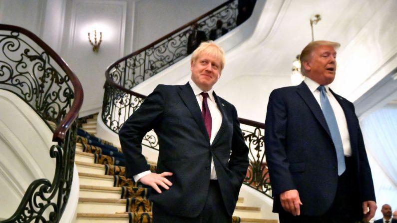 El presidente de Estados Unidos, Donald Trump, y el primer ministro británico, Boris Johnson, llegan a una reunión bilateral durante la cumbre del G7 el 25 de agosto de 2019 en Biarritz, Francia. (Dylan Martinez - Pool/Getty Images)