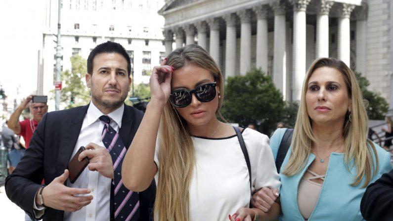 Jennifer Araoz (C), una de las presuntas víctimas de Jeffrey Epstein, y su abogada Kimberly Lerner (D), terminan de hablar con la prensa fuera del Tribunal Federal de los Estados Unidos el 27 de agosto de 2019 en Nueva York. (Yana Paskova/AFP/Getty Images)