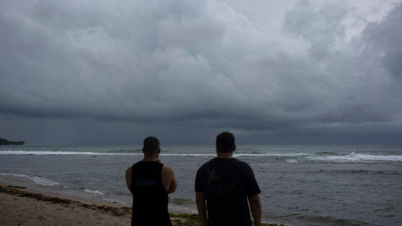 La gente mira el mar horas antes de que la tormenta tropical Dorian pase sobre Puerto Rico, en Patillas, Puerto Rico, el 28 de agosto de 2019. (ERIC ROJAS/AFP/Getty Images)