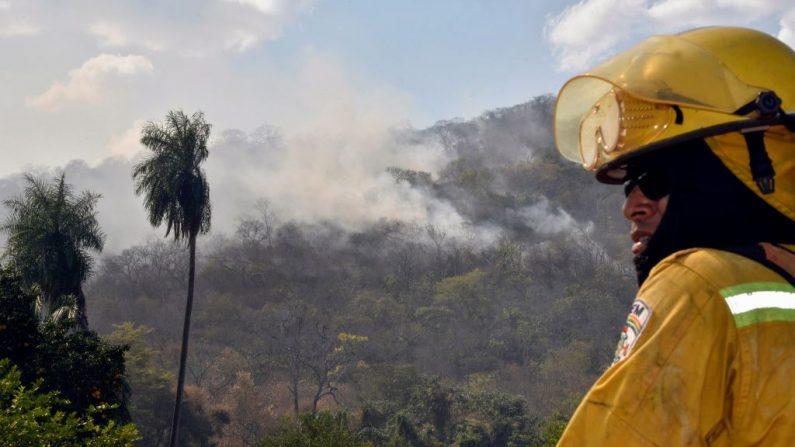 El humo surge de los incendios forestales en la comunidad de Quitunuquina, cerca de Robore, en el este de Bolivia, al sur de la cuenca del Amazonas, el 28 de agosto de 2019. (AIZAR RALDES/AFP/Getty Images)