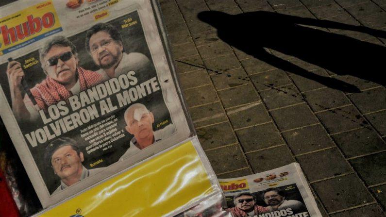 """Vista de la primeras plana del periódico """"Q hubo"""" en Medellín el 30 de agosto de 2019, en las que aparecen el exalto mando del disuelto grupo rebelde de las FARC en Colombia, Iván Márquez, y su colega rebelde fugitivo, Jesús Santrich, un día después de que Márquez anunciara que está tomando las armas de nuevo junto con otros guerrilleros que se han distanciado de un acuerdo histórico de paz firmado con el gobierno. (Foto de JOAQUIN SARMIENTO/AFP/Getty Images)"""