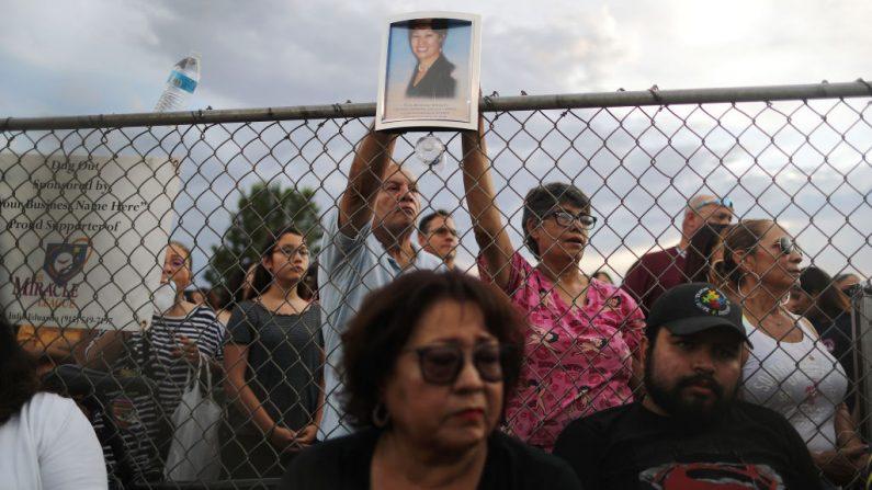 Una foto (arriba) de Elsa Mendoza Márquez, una maestra mexicana de Ciudad Juárez que fue asesinada en el tiroteo, es sostenida durante una vigilia interreligiosa por las víctimas de un tiroteo masivo, que dejó por lo menos 20 personas muertas, el 4 de agosto de 2019 en El Paso, Texas. (Mario Tama/Getty Images)
