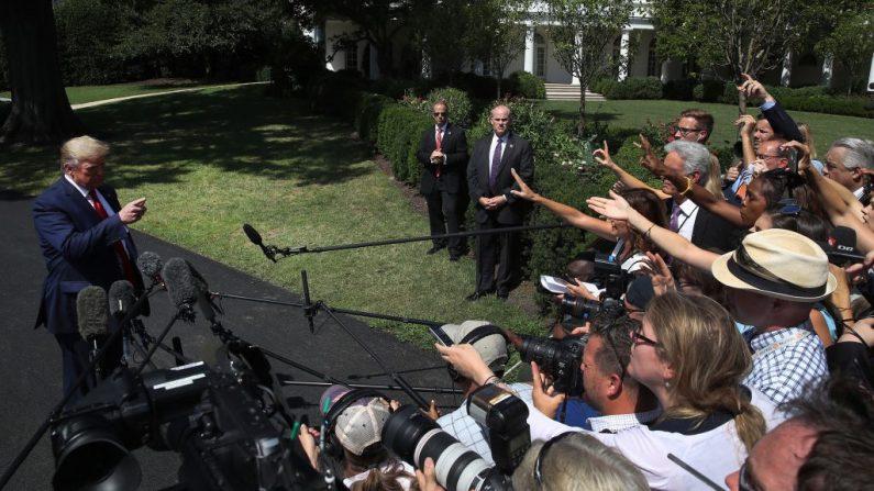El presidente de Estados Unidos, Donald Trump, habla con los medios de comunicación antes de salir de la Casa Blanca el 21 de agosto de 2019 en Washington, DC. El presidente Trump habló sobre varios temas, incluyendo la economía de Estados Unidos, por qué canceló su viaje a Dinamarca y sobre la falta de credibilidad de medios como NBC y CNN. (Foto de Mark Wilson/Getty Images)