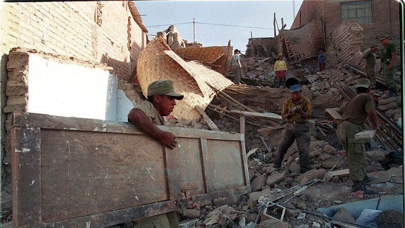 Imagen de archivo de los efectos de un terremoto en Perú ocurrido el 23 de junio de 2001 en Tacna. Getty Images)