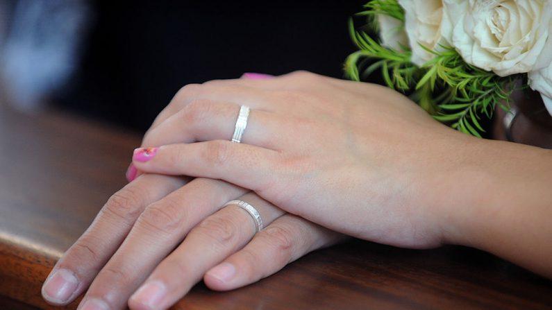 Una pareja muestra un tradicional anillo de boda. Imagen de archivo  (JAY DIRECTO/AFP/GettyImages)