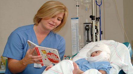 Enfermera cuida a una bebé quemada, casi 40 años después le agradece en emotivo reencuentro