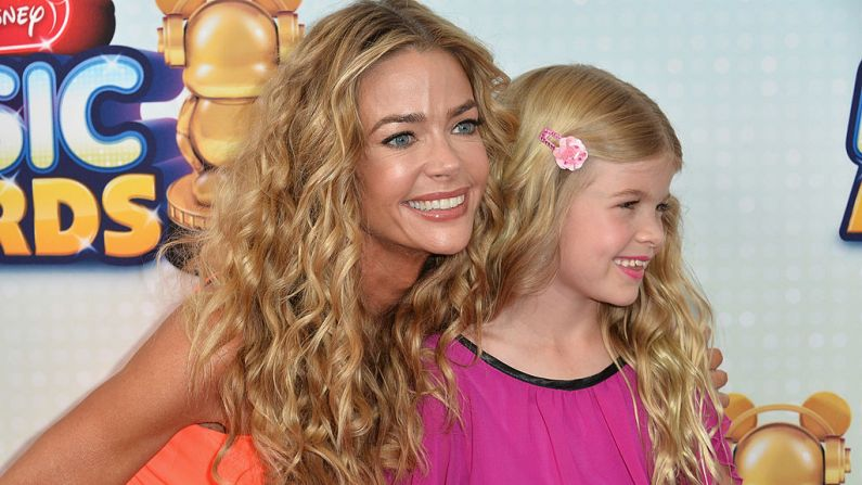 La actriz Denise Richards y su hija Lola Sheen llegan a los 2013 Radio Disney Music Awards en el Nokia Theatre L.A. Live el 27 de abril de 2013 en Los Angeles, California. (Alberto E. Rodriguez/Getty Images)