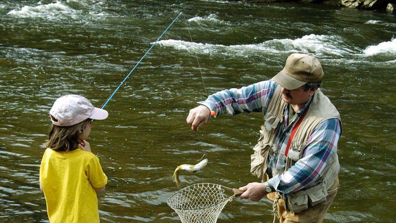 Imagen de archivo. Un menor de 7 años de edad, pesca su primera trucha con la ayuda de su padre el 17 de abril de 2004 cerca de Volant, Pensilvania. (Mark Stahl/Getty Images)