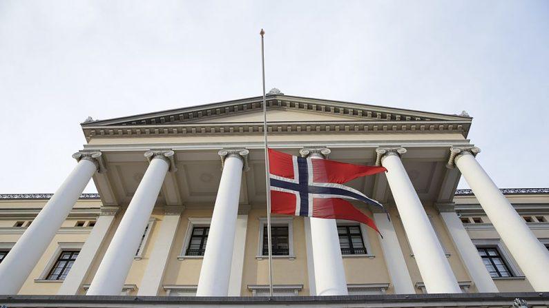 La bandera noruega en el Castillo Real de Oslo, el 6 de diciembre de 2013. (BERIT ROALD/AFP/Getty Images)