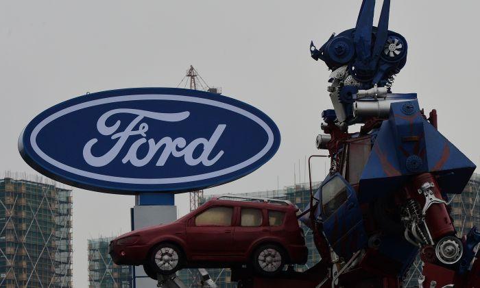 Un robot transformer es la propaganda de un concesionario de automóviles Ford en Hangzhou, provincia de Zhejiang, el 17 de febrero de 2014. (MARK RALSTON/AFP/Getty Images)
