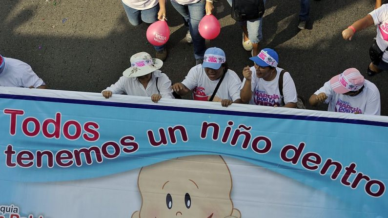 """Peruanos asisten a la """"Marcha por la Vida"""" en Lima el 22 de marzo de 2014, pidiendo la prohibición del aborto. (CRIS BOURONCLE/AFP/Getty Images)"""