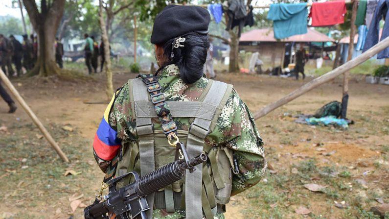 Un miembro de las Fuerzas Armadas Revolucionarias de Colombia (FARC), camina en un campamento en las montañas colombianas el 18 de febrero de 2016.  (LUIS ACOSTA / AFP / Getty Images)