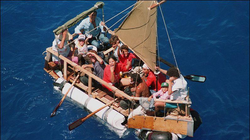 Exiliados cubanos, incluyendo niños, navegan en una balsa en un intento por llegar a Estados Unidos frente a la costa de Cuba el 31 de agosto de 1994. (DOUG COLLIER/AFP/Getty Images)