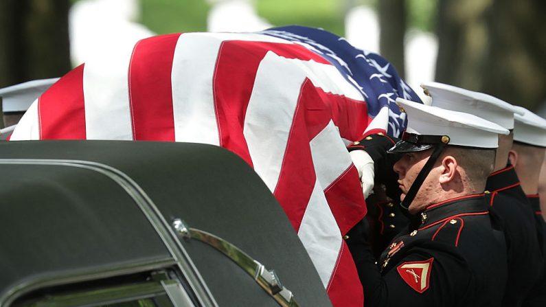 Traslado de un marine a su lugar de descanso final el 31 de mayo de 2016 en el Cementerio Nacional de Arlington en Arlington, Virginia. (Alex Wong/Getty Images)