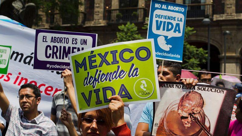Imagen de archivo. Mexicanos protestan en junio de 2016 mientras la Corte Suprema debate si declarar inconstitucionales ciertos puntos de una ley de aborto que abría un vacío para su despenalización gradual en todo el país. La Corte Suprema de México debatía si despenalizar el aborto, actualmente solo autorizado en la Ciudad de México antes de las 12 semanas de gestación. (HECTOR GUERRERO / AFP / Getty Images)