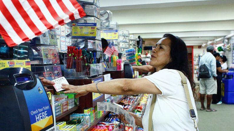 Una mujer compra un boleto de lotería powerball en una tienda en Penn Station en la ciudad de Nueva York. (Crédito de Kena Betancur / Getty Images)