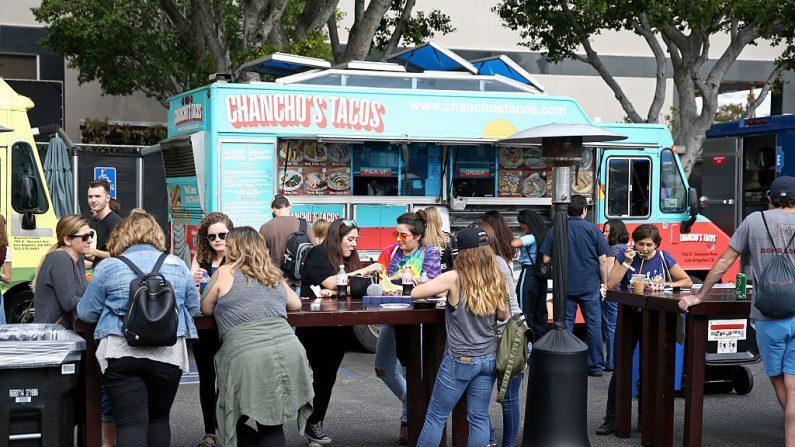 Una vista de los asistentes al festival y de Chancho's Taco Truck, el 29 de octubre de 2016 en Los Ángeles, California. (Joe Scarnici/Getty Images para Entertainment Weekly)